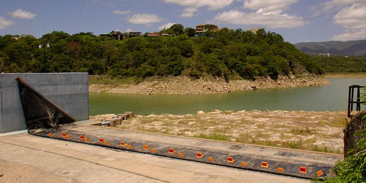 La producción de agua potable en la capital se mantiene baja debido a que los embalses no se han podido recuperar ante la ausencia de lluvias.