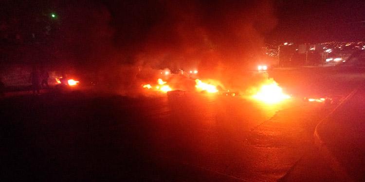 En el bulevar FF AA, los protestantes, a la altura de la CSJ, le prendieron fuego a llantas.