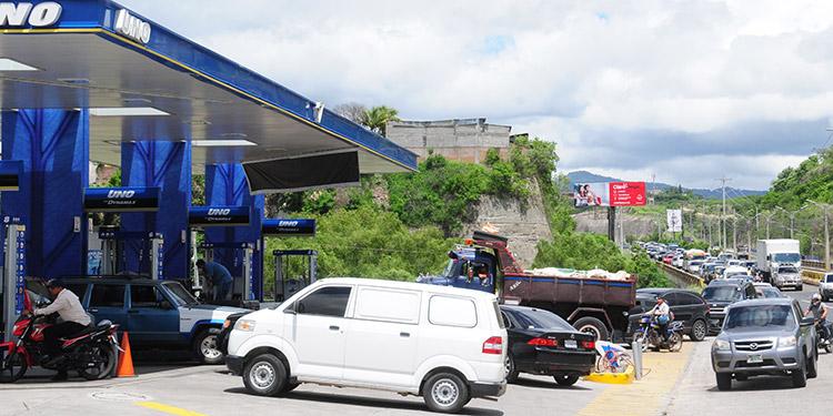 Una locura se vivió ayer por la mañana cuando los capitalinos salieron en masa a llenar los tanques de sus automóviles, por la tarde algunas gasolineras cerraron al haberse agotado los combustibles.