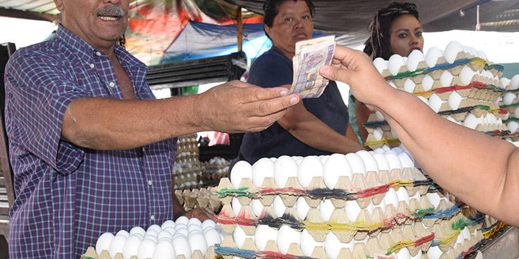 """El aumento de tres lempiras al cartón de huevos, cayó como """"agua fría"""" al bolsillo de varios consumidores quienes pese a los regateos no lograron esquivar el """"huevazo""""."""