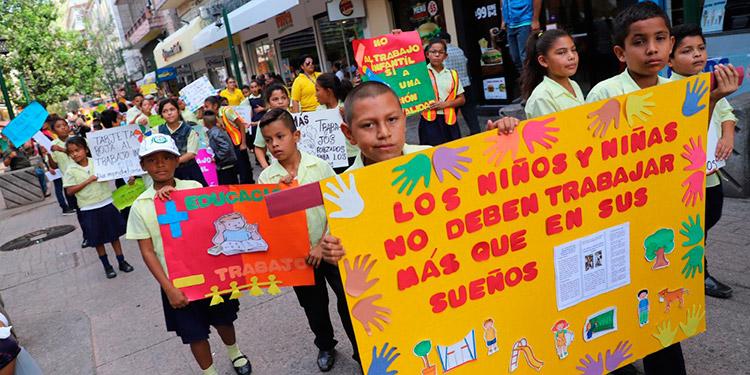 Por el centro histórico transitaron los menores exigiendo sus derechos.