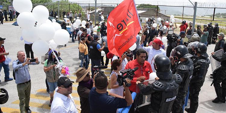 Mientras el padre de Isys Obed dialoga con los policías y militares, otras personas sueltan varios globos blancos hacia el espacio.