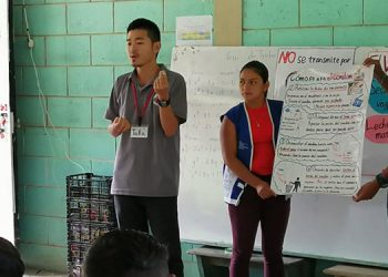 El voluntario de JICA, Takayuki Saya, empezó a utilizar el libro de educación sexual y salud para los niños y adolescentes en las escuelas de la ciudad de Gracias, Lempira, desde el pasado mes de mayo.