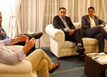 Alessandro Palmero en diálogo con la comitiva del Partido Nacional, encabezada por su presidente, Reinaldo Sánchez.