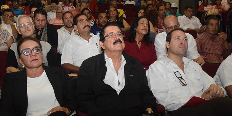 El coordinador de Libre, Manuel Zelaya y su esposa, Xiomara Castro, junto a Carlos Eduardo Reina, escuchan la exposición en el Colprosumah.
