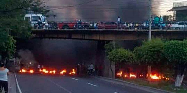 Los manifestantes quemaron llantas en el anillo periférico.