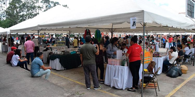 """Los amplios patios del Centro de Formación """"San Juan Bosco"""", de Tegucigalpa, sirvieron de escenario para llevar a cabo ayer la concurrida novena edicion de """"Mi Feria DC""""."""