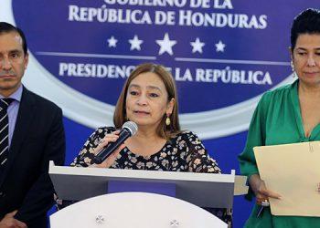 Wilfredo Cerrato, Rocío Tábora y Miriam Guzmán luego de dar las explicaciones sobre la calificación de país.