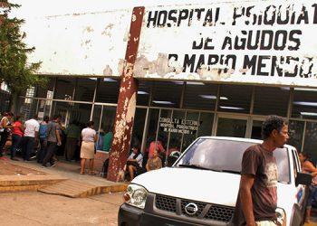 Largas filas de pacientes abarrotan las instalaciones del Hospital  Psiquiátrico Mario Mendoza, en Tegucigalpa.