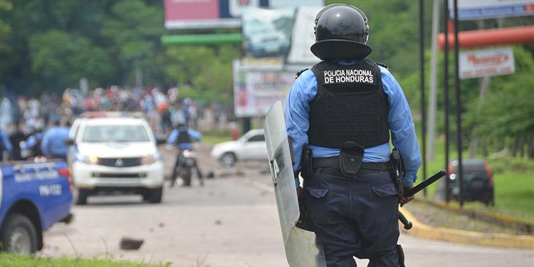 Elementos policiales llegaron a los ejes carreteros a desalojar a manifestantes.