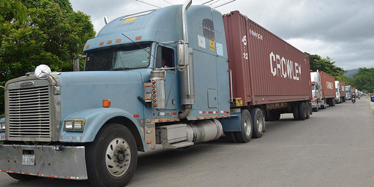 Decenas de furgones procedentes de Nicaragua, lograron avanzar una vez suspendidas las tomas de la carretera CA-6, en El Paraíso.
