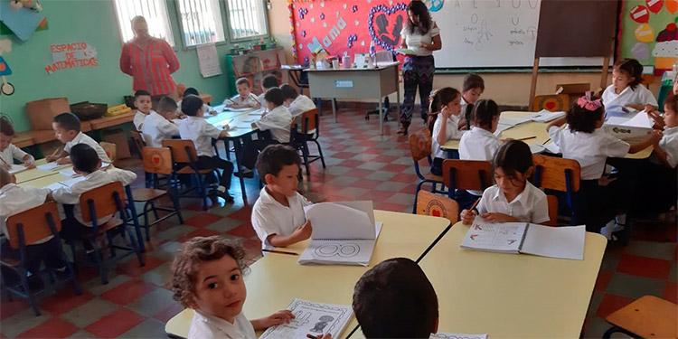 Alumnos del nivel prebásico junto con sus maestras se sienten muy felices al estar recibiendo el pan del saber en el Jardín de Niños Sagrado Corazón.