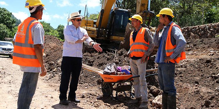 El Presidente Juan Orlando Hernández conoció de primera mano de los mismo operarios más detalles sobre el avance de la ejecución de los trabajos en la carretera.
