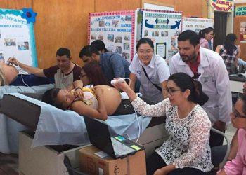 """La voluntaria de JICA, Yumiko Nakagawa, contó con el apoyo del ginecólogo y obstetra Mario Cerrato, del Hospital """"Juan Manuel Gálvez"""", en la capacitación de control prenatal."""