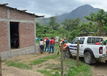 Miembros de Protección Civil de Copeco intervienen viviendas para prevención del dengue.