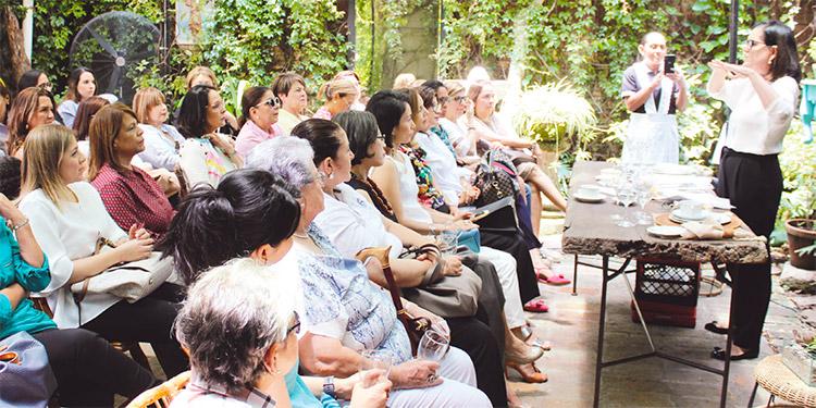 Las damas escucharon atentamente la charla de Marilia Bulhoes, experta en protocolo.