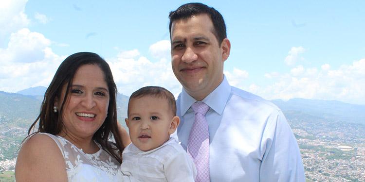 Michelle y Federico Fiallos cargando en brazos a su pequeño Federico Fernando.