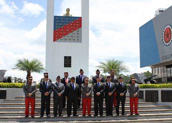 Las máximas autoridades de la Escuela Politécnica junto a los paracaidistas hondureños y guatemaltecos.