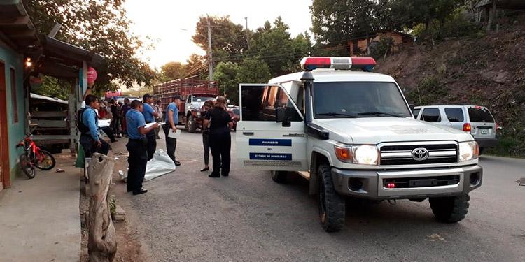 Personal de Medicina Forense llegó al lugar para realizar el respectivo levantamiento de los cuerpos.