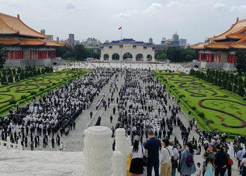 El Monumento Nacional a Chiang Kai-Shek está flanqueado por bellos jardines. En la Plaza de la Libertad se aprecia el cambio de guardia, que se realiza a las 5 de la tarde.
