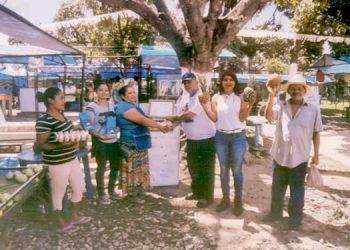 La nueva junta directiva de la Ahorro Feria El Lempirita entrega el reconocimiento al corresponsal de LA TRIBUNA , periodista Saúl Zelaya Maradiaga.