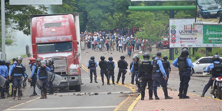 Las constantes manifestaciones seguidas con tomas de carreteras han dejado pérdidas millonarias a la industria del camarón.