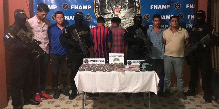 Las tres personas adultas fueron acusadas de tráfico ilegal de drogas y asociación ilícita.