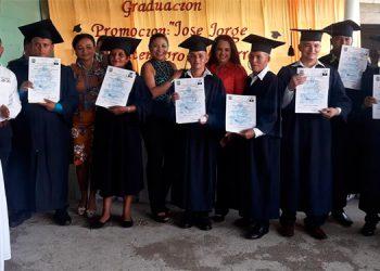 Entre los que se graduaron hay dos damas.