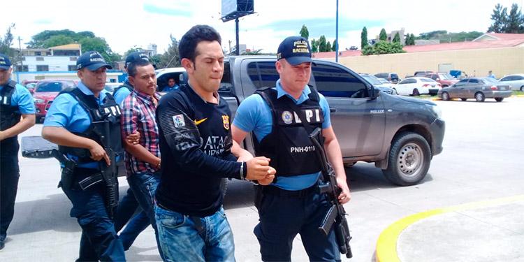 A Cristian Amílcar Ávila Velásquez, Eduardo Enrique Peña Bustillo y un menor de 17 años de edad se les señala de ejecutar varios atentados a dueños de talleres y pulperías por el cobro de extorsión.