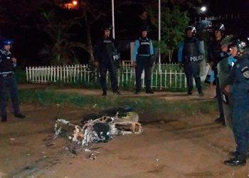 Manifestantes le quitaron la motocicleta a un ciudadano y cuando la Policía llegó ya le habían prendido fuego.