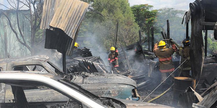 Durante el siniestro se quemaron cuatro carros y unas motocicletas que estaban en reparación.