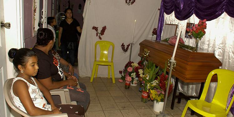 Familiares y amigos de María Mercedes Palacios acompañaron su féretro en su casa, en el barrio El Bosque.