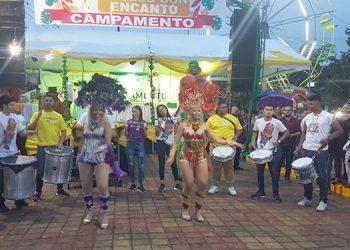Durante el evento, el público disfrutó de un show carnavalero que culminó con una presentación de fuegos artificiales.