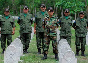 """El """"cementerio de héroes"""", con pequeñas lápidas, se ha levantado por iniciativa de un excombatiente hondureño, el sargento primero Maximiliano Arita."""