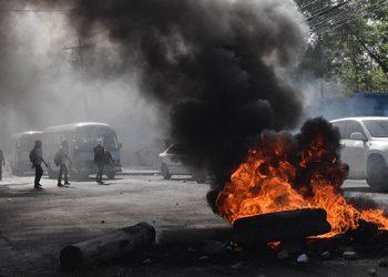 Los jóvenes iniciaron la protesta con quema de llantas.
