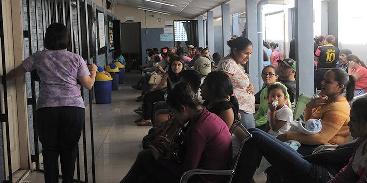 Totalmente abarrotados por pacientes con síntomas de dengue pasan a diario varios centros de salud de la capital.