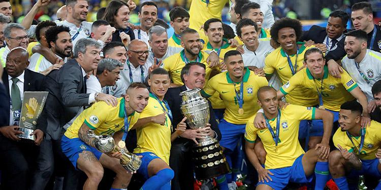 Brasil celebra con el trofeo de la Copa América de Fútbol 2019, en el estadio Maracaná de Río de Janeiro.