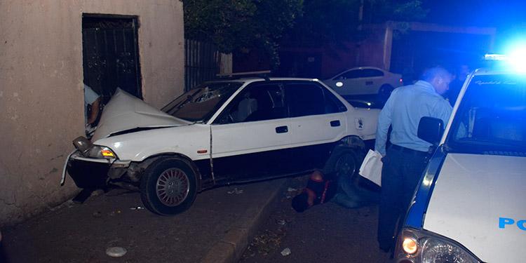 El vehículo se estrelló contra un cuarto de la vivienda.