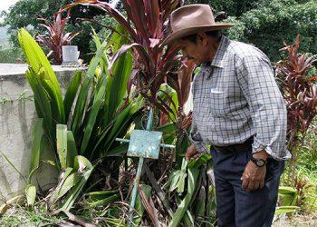 Rigoberto López muestra las tumbas que fueron dañadas.