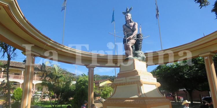 La estatua de bronce de Lempira erigida en 1940 tomando como modelo un  indígena lenca.