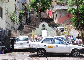 Los lavadores de carros han convertido el monumento de La Fuente en un basurero que contamina la zona, además de un lugar inseguro para los residentes.