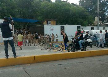 Los manifestantes colocaron pupitres en la calle para obstaculizar el tráfico vehicular.