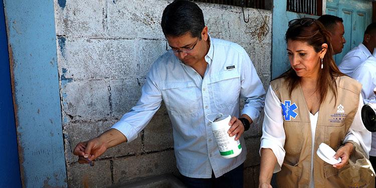El Presidente Juan Orlando Hernández, junto a la ministra de Salud, Alba Consuelo Flores, recorrieron algunas zonas de la capital para mostrar las medidas preventivas contra el dengue.