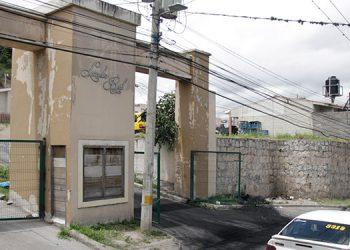 Los pobladores se tomaron esta calle que da acceso al complejo habitacional.
