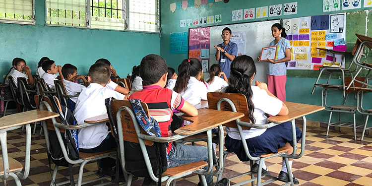 En coordinación con maestros nacionales, voluntario de JICA imparte charla sobre educación sexual y salud en un centro escolar de Gracias, Lempira.