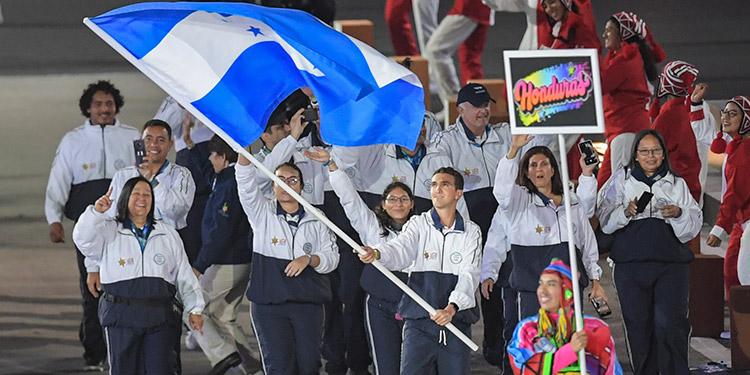 Honduras, con su abanderado Pedro José Espinosa, cuando entraban al estadio Nacional de Lima.