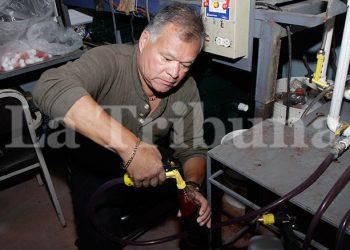 Manuel Carías, el microempresario que asegura haber logrado crear un  exterminador para los zancudos y larvas.