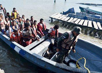 Un total de 49 pescadores llegaron a la Base Naval de Caratasca, Puerto Lempiras, Gracias a Dios, después de haber sido rescatados en alta mar.