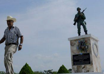 El veterano hondureño de la guerra de 1969 entre Honduras y el Salvador, Adán de Jesús Chinchilla Sanabria delante del monumento al soldado El Ticante, en Antigua Ocoteque.EFE/Gustavo Amador