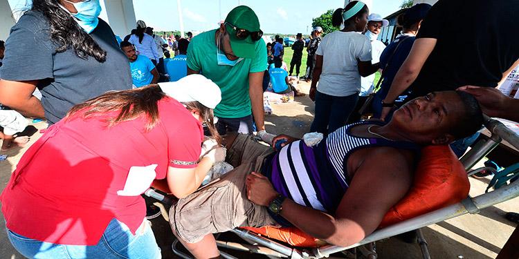 Los rescatados son atendidos por los cuerpos de socorro, pues pasaron mucho tiempo en alta mar.